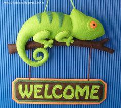 Kosucas : Letrero con camaleón de fieltro.