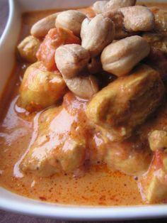 Poulet coco et curry Un plat simple qui peut se préparer à l'avance, j'aime ça ! Niveau: très facile Pour 3 à 4 personnes Ingrédients: 3 blancs de poulet 1 petite boîte de tomates pelées 1 brique de lait de coco de 200ml 1 échalote huile d'olive 1 cuillère à café de curry...