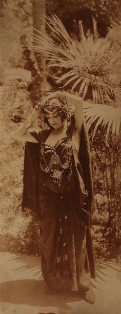 Bougault -Une Elégante, Tunisie,1900. Tirage argentique d'époque.