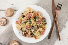 Deze romige farfalle met champignons en ham is makkelijk te maken, vol van smaak én te maken in één pan. Staat binnen een half uur op tafel.