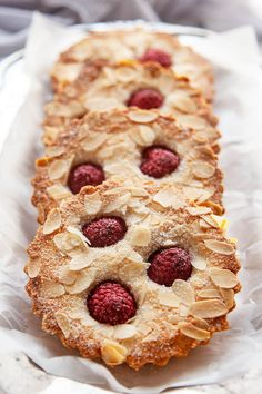 Almond Raspberry Financiers Simple yet exquisite, Raspberry Financiers are lovely little French almond cakes with crispy exteriors and insides as soft as a pillow. Surprisingly quick and easy to make. Baking Recipes, Cookie Recipes, Cream Cheese Puff Pastry, Le Diner, Little Cakes, French Pastries, Italian Pastries, Almond Cakes, Sweet Recipes