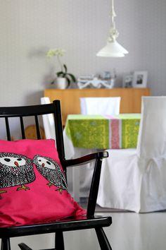 Pinkkiä, keinutuoli 50-luvulta, koristetyyny, pöytäliina. Rocking chair, mid century. Pillow, Ikea. Table cloth, Marimekko.
