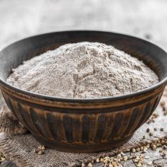 La farine de sarrasin est souvent utilisée pour sa saveur typée de noisette dans la cuisine et la pâtisserie sans gluten.