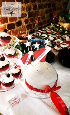 Wieczór panieński w klimatach rockabilly - połączenia kobiecych lat '50 i rock'n'rolla. Słodka część bufetu - czekoladowo - wiśniowy tort z czerwoną wstążką i czekoladowe babeczki z owocami leśnymi. W oddali wegetariańskie przekąski. / '50, pin-up, rock, rockabilly, party, Bachelorette party, girls, night, ideas, decoration, red, black, blue, stars, buffet, sweet, chocolate, cake, cupckakes, vege, food.