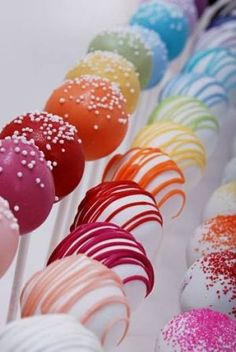 How to Make Perfect, Colorful Cake Pops. These delicious bite-sized cake pops with their colorful icing are taking over the baking world. Make cake pops with your kids and family. These cake pops are great to make for birthday parties. Cakepops, Cake Cookies, Cookies Et Biscuits, Cupcake Cakes, Sweets Cake, Rainbow Cake Pops, Rainbow Treats, Rainbow Candy, Rainbow Lollipops