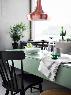 NORRARYD stol, ryggens mjuka rundning och den formade sitsen gör att du kan sitta länge och trivas runt köksbordet! TJUGOFEM taklampa i kopparfärg, VARDAGEN kökshandduk, VARDAGEN karaff med lock, BJÖRKSNÄS värmeljushållare i glas, grön, IVRIG glas och IKEA 365+ tallrik.