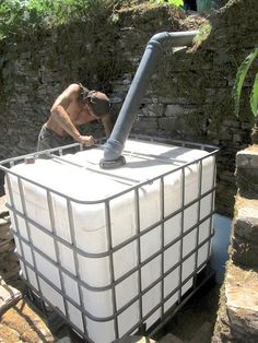 Organic Gardening How to create a composting toilet system with a flush toilet, a worm-composting bin and a filter bed. Nothing is wasted and the garden is given nutrient dense organic matter. Composting Toilet, Worm Composting, Earthship, Off The Grid, Diy Septic System, Diy 2019, Flush Toilet, Septic Tank, Toilet