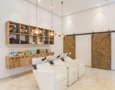 """Detalle de zona lavacabezas en peluquería """"Parole Parole"""" íntegramente diseñada y decorada por Natalia Zubizarreta Interiorismo en Bilbao. Fotografía de Erlantz Biderbost."""