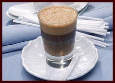 Batida de Café   1/2 xícara de cachaça   1 xícara de café forte   1/2 xícara de creme de leite   4 colheres de açúcar   Coloque todos os ingredientes em uma jarra. Junte o gelo, mexa bem e sirva em um copo de batida.