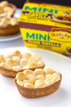 Spice up your game day appetizer with these chili smores taco boats. The gooey marshmallows, melted chili chocolate, and fried crunchy taco boats. Yummy Treats, Delicious Desserts, Sweet Treats, Yummy Food, Chocolate Chili, Chocolate Desserts, Game Day Appetizers, Yummy Appetizers, Cupcake Recipes