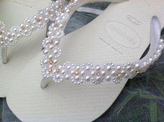 Esta Havaianas é bordada com pérolas ABS de ótima qualidade e com brilho. Costurada à mão, pérola e strass com muito carinho e capricho, pois você merece ter pés de princesa.    Este também é um ótimo chinelo para presentear alguém especial pois é diferente, moderno e ÚNICO.    Ao fazer sua encom... Beaded Beads, Beaded Shoes, Beaded Jewelry, Beaded Bracelets, Flip Flop Images, Flip Flop Art, Beach Flip Flops, Flip Flop Sandals, Crochet Flip Flops