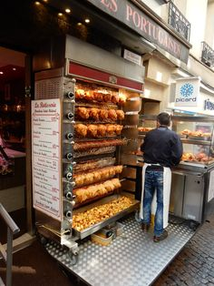 Make sure you order some of those potatoes roasting on the bottom! Rue Mouffetard Market (Paris): Top Tips Before You Go Commercial Kitchen Design, Commercial Kitchen Equipment, Food Cart Design, Food Truck Design, Meet Recipe, Japan Street Food, Rue Mouffetard, Food Business Ideas, Brunch Cafe