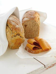 Det er få ting som smaker bedre enn hjemmebakt brød. Dette er oppskriften på en særlig saftig variant, som ved å bruke melk skaper et enda mer næringsrikt resultat. Server gjerne en god skive nybakt brød med smør, brunost og et glass melk ved siden av. Nydelig! Norwegian Food, Food And Drink, Baking, Eat, Breakfast, Recipes, Norway, Bliss, Bread Making