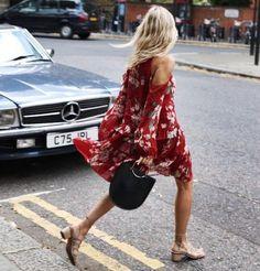 Burgunderrot geht auch im Frühling! Bring Farbe mit einem windigen Kleid Farbe auf die Straße! | Stylefeed