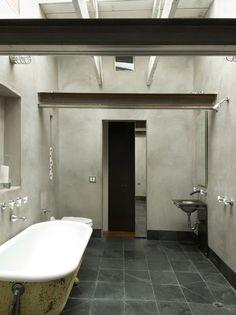 une déco en gris, blanc et framboise par aurélie hemar | salons - Salle De Bain Gris Et Noir