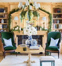 I'm so sick of doing the same boring red and green Christmas decorations year after year. However, thanks to your blue and white Christmas Decor page. Gold Christmas Decorations, Christmas Mantels, Christmas Vignette, Christmas Interiors, Chinoiserie Chic, Traditional Interior, Contemporary Interior, White Houses, Elegant Homes