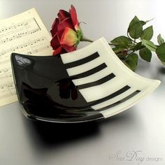 Square bowl with a piano