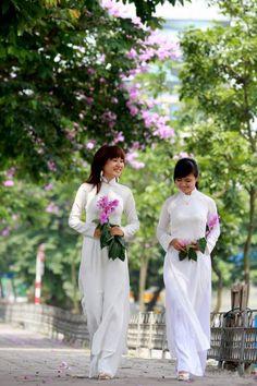 La tunique traditionnelle: Le ''Ao Dai'' est composé d'une tunique étroite au niveau du buste, arrivant à mi-jambe, fendue de deux côtés et portée sur un pantalon ample. La robe peut être unie et répondre à un certain code de couleur, pour les uniformes (blanche pour les étudiantes, bordeaux pour les hôtesses de la Vietnam Airlines, etc.), ou être multicolore et posséder de nombreux motifs, faites en différents tissus dans les autres cas.