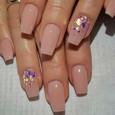 Nude Acrylic Nails Nude nails have become more popular than ever over the past year. We're not THAT surprised, to be honest, because nude nails have always bee Acrylic Nails Natural, Square Acrylic Nails, Almond Acrylic Nails, Summer Acrylic Nails, Best Acrylic Nails, Acrylic Nail Designs Glitter, Spring Nails, Summer Nails, Square Nail Designs
