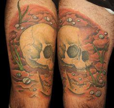Teschio interrato su coscia                                            -. Skull on thigh
