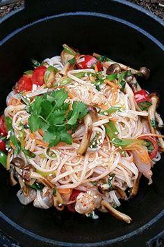 Σαλάτα με νουντλς ρυζιού και σάλτσα με σόγια και μέλι