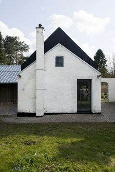 In a rundown barn beside their bucolic farmhouse, a Danish couple created a contemporary art studio for their work. The historic structure was outfitted ...