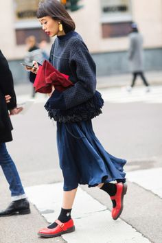 Photos: The Best Street Style From Milan Fashion Week New Street Style, Street Style Trends, Autumn Street Style, Cool Street Fashion, Look Fashion, Korean Fashion, Autumn Fashion, Feminine Fashion, 50 Fashion