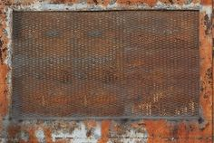 La posa di questa carta da parati è molto semplice: basta stendere un primo strato dell'adesivo specifico su un intonaco preesistente e poi applicare il rivestimento. Può essere utilizzata non soltanto per decorare le pareti, ma anche per rivestire pavimento e soffitto, eliminando in questo modo il confine naturale tra gli spazi e creando una sensazione di continuità