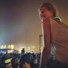 Pin for Later: Die Stars hinter den Kulissen beim Coachella-Festival  Leonardo DiCaprios Freundin, Toni Garrn, schaute sich ein Konzert an. Source: Instagram user gabrielamoussaieff