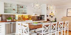 Wspaniała kuchnia z wyspą-stołem