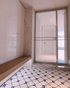 "Instagram의 design studio님: ""#포항인테리어 #현관인테리어 #슬림도어 #화이트인테리어 #대리석타일 #간접조명 #포항아파트인테리어 #주거공간 #공간디자인 #구조변경 #현관벤치의자"" Alcove, Bathtub, Bathroom, Home Decor, Standing Bath, Washroom, Bathtubs, Decoration Home, Room Decor"