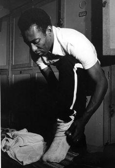 Brasil, São Paulo, Santos, 01/01/1970. Pelé se veste para um treino do Santos, na Vila Belmiro, ritual que repetiu durante 18 anos. Pasta: 27755. - Crédito:ARQUIVO/AGÊNCIA ESTADO/AE/Codigo imagem:5438