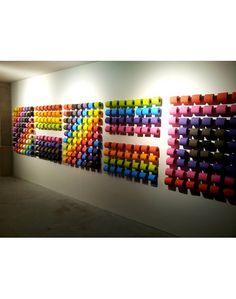 """""""Gosto de fasquias altas e adoro a irreverência e o posicionamento da Renova: muitas já são as cores produzidas e que poderá escolher antes de usar a casa de banho. Conforme a inspiração do dia, pode escolher na parede em frente a cor que preferir."""""""