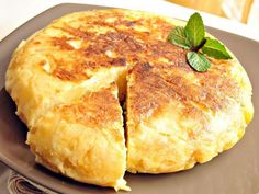 Mediterranean Diet Recipes: Tortilla Española (Potato and Egg Omelet from Spain) Breakfast And Brunch, Easy To Make Breakfast, Breakfast Recipes, Mediterranean Diet Breakfast, Mediterranean Diet Recipes, Spanish Tortilla Recipe, Baked Omelette, Egg Omelet, Spanish Omelette