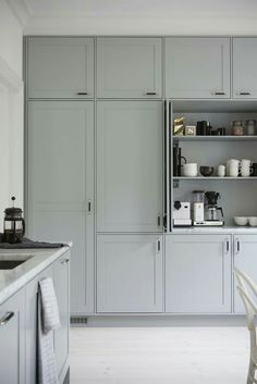 Most popular grey kitchen diner shaker style Ideas Grey Kitchen Diner, Grey Kitchens, New Kitchen, Cool Kitchens, Kitchen Pantry, Grey Shaker Kitchen, Style Shaker, Shaker Style Kitchens, Küchen Design