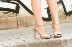 Sandalias doradas con glitter de Menbur / Golden T-Bar Sandals