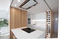 15 cocinas blancas con isla bien diseñadas llenas de ideas y soluciones | Mil Ideas de Decoración Kitchen Island For Dining, Nyc, Bathroom Lighting, Kitchen Design, Mirror, Furniture, Home Decor, Ideas, Vanity Tops