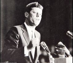1960. 10 Juillet. JFK addressing a NAACP rally at the Shrine Auditorium in Los Angeles. Par Jacques Lowe. (recadrage)