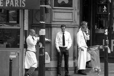 Les garçons de café parisiens, danseurs  et fumeurs à leurs heures perdues