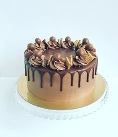 Cake Decorating For Beginners, Cake Decorating Techniques, Cake Decorating Tutorials, Chocolate Birthday Cake Decoration, Chocolate Cake Designs, Salted Caramel Cake, Chocolate Covered Treats, Yummy Cupcakes, Drip Cakes