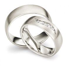Traumhaftes Eheringepaar. Der Damenring ist mit einer geschwungenen Steinfassung besetz. #love #forever #mariage #lucky #beauty