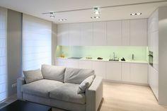 W otwartej strefie dziennej kuchnię od salonu oddziela jedynie kanapa, stanowiąca symboliczna granicę między obiema przestrzeniami użytkowymi. Projekt Monika i Adam Bronikowscy. Fot. Bartosz Jarosz.