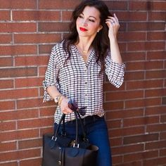 A black & white blouse is paired with skinny jeans and flat sandals for a casual, chic look.