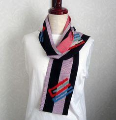 着物リメイクです。小ぶりなスカーフです。素材はすべて正絹です。表は柄がとても粋な長着裏面は江戸小紋で作っています。トロンとして肌触りが良く温かです。サイズが小...|ハンドメイド、手作り、手仕事品の通販・販売・購入ならCreema。