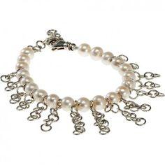 Das Perlen-Armband mit Silberketten des Berliner Labels 25 Pieces ist ein Schmuckstück, das schnell eines deiner Lieblinge werden könnte.  Die 20 wunderschön glänzenden Zuchtperlen werden von 15 Ketten aus runden Silbergliedern unterbrochen.