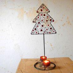 Vánoční+stromeček+-+svícen+Vyrobený+z+černého+žíhaného+drátu.+Zdobený+je+skleněnými+voskovanými+perlami+různých+velikostí+a+odstínů+červené+(vypadají+jako+baňky+ )+Dodám+i+se+dvěma+červenými+kalíšky+na+čajové+svíčky+a+jako+bonus+i+ty+svíčky+:)+Celková+výška+-+44+cm+Stromeček+samotný+-+20,5+x+18+cm+Průměr+podstavce+-+15+cm+***Určeno+do+suchých...
