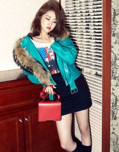 fashionista Gayoon kept warm this winter in style with her fur fashion!Gayoon drew inspiration from the streets of Londo… Fur Fashion, Kpop Fashion, Korean Fashion, South Korean Girls, Korean Girl Groups, Heo Ga Yoon, Hyuna, Fandom, Girl Costumes
