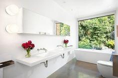 idée de salle de bains blanche avec baignoire îlot