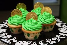 Idea for St. Patrick's Day Cupcakes: Green batter, white frosting, green sugar, gold coins (if I can find them! Holiday Desserts, Holiday Treats, Just Desserts, Holiday Cakes, Holiday Recipes, Cupcake Recipes, Cupcake Cakes, Cupcake Ideas, Cup Cakes