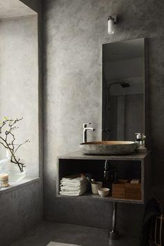 Bagno con pareti grigie